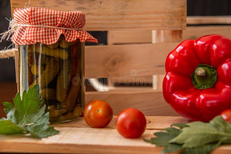 Conservado en vinagre y verduras y pimenton rojo imagen de archivo