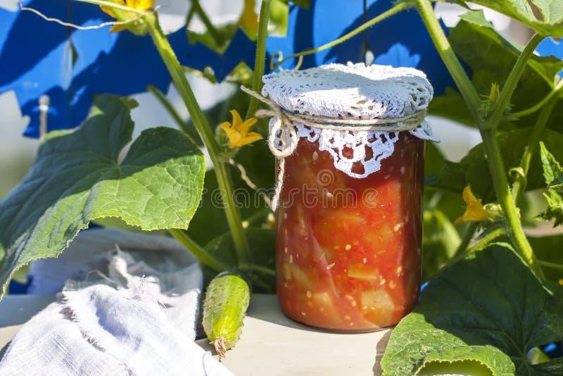 Conservando en casa, tarro con las verduras conservadas en vinagre imagen de archivo