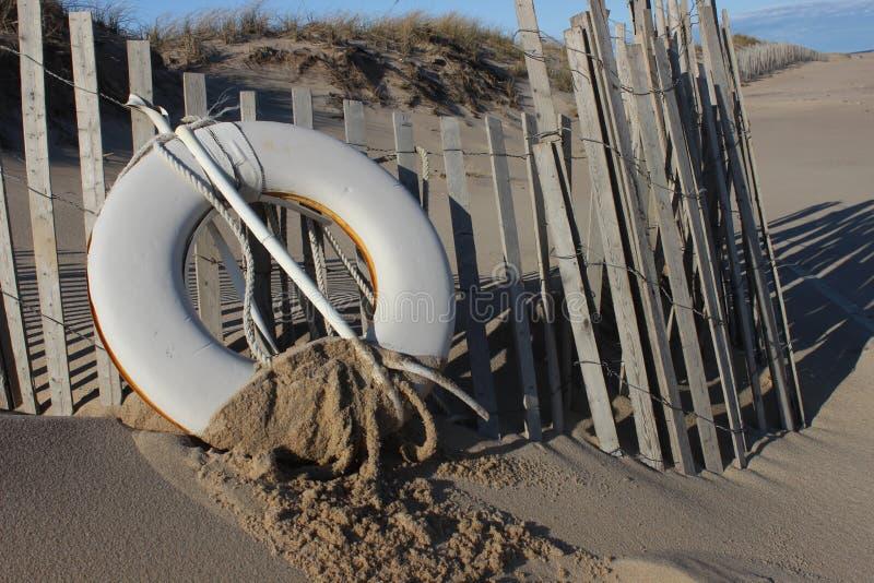 Conservante de vida branco na praia litoral arenosa do oceano fotos de stock
