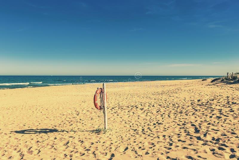 Conservante de vida que pendura no Sandy Beach só fotografia de stock royalty free