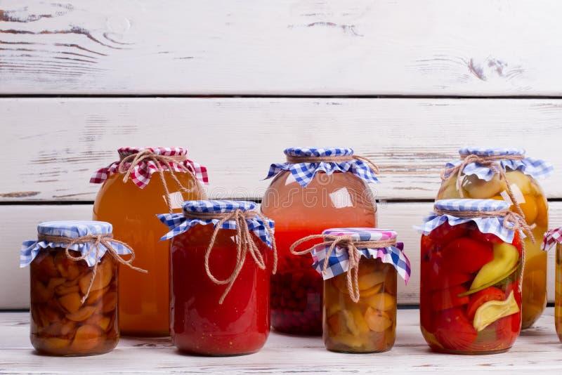 Conservas alimentares em prateleiras de madeira velhas fotografia de stock royalty free