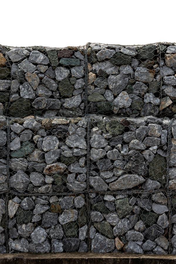 Conservation du mur en pierre ? c?t? de la route Barri?re ou mur de protection fait de gabions avec des pierres Mur en pierre ave image libre de droits