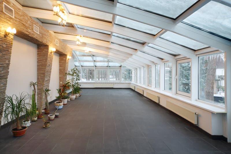 Conservatoire vide avec le petit nombre des usines et du plafond en verre image libre de droits