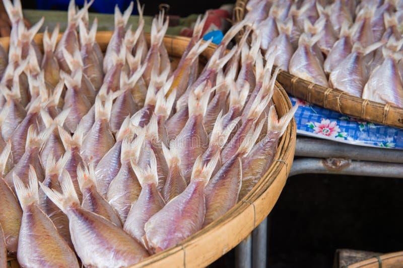 Conservazione del pesce essiccato nel mercato dell'alimento fotografie stock