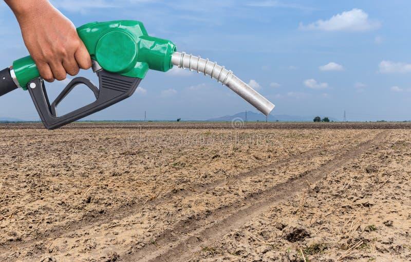 Conservazione della terra Ugello della pompa di gas e fondo del deserto Erogatore del combustibile sul fondo della natura del des fotografie stock libere da diritti