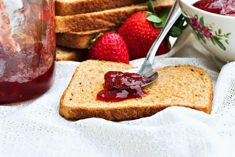 Conserve della frutta e del pane tostato fotografia stock