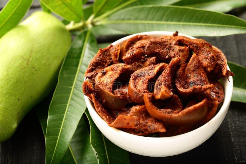 Conserves au vinaigre épicées de mangue photos libres de droits