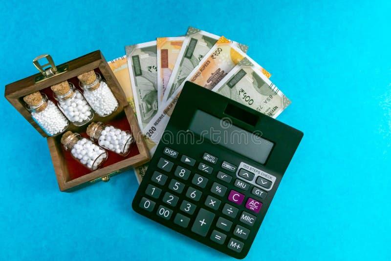 Conservi più con l'omeopatia - concetto del bilancio e della medicina omeopatica - vista superiore della scatola di legno con med immagine stock