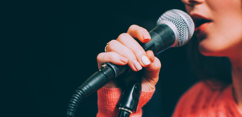 Considérant vocal d'exposition de musique de talent de microphone de chanteur images libres de droits