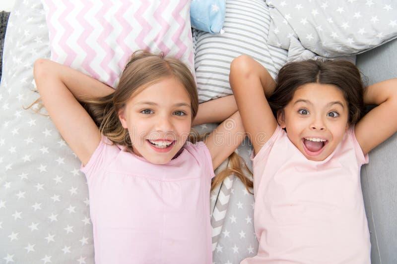 Considérez la soirée pyjamas de thème Tradition intemporelle d'enfance de soirée pyjamas Filles détendant sur le lit Concept de s photo stock