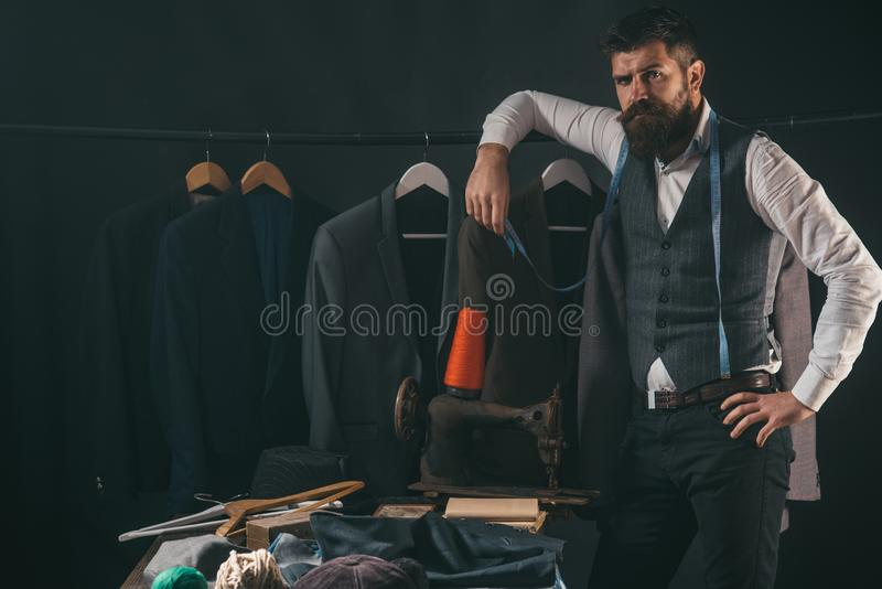 Considerando o passo seguinte Código de vestimenta do negócio handmade costurando a mecanização oficina de costura retro e modern imagens de stock royalty free