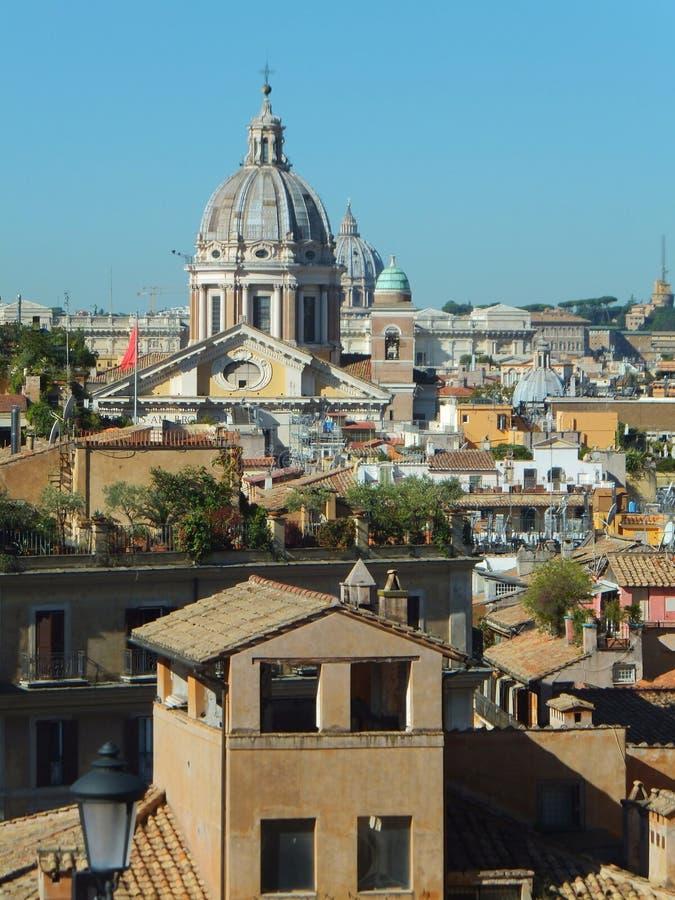 Considerato dalla cima dei punti spagnoli a Roma verso la basilica di St Ambrose fotografia stock libera da diritti