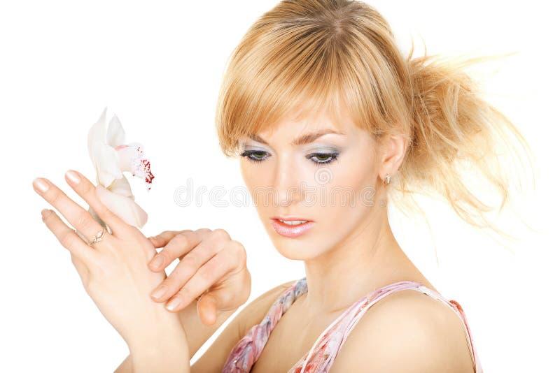 Consideravelmente blonde com uma flor foto de stock royalty free