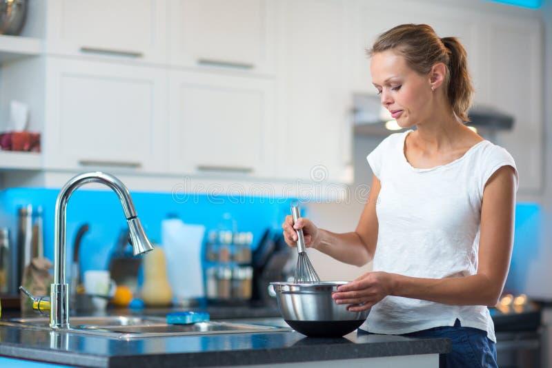 Consideravelmente, jovem mulher em sua cozinha moderna imagens de stock