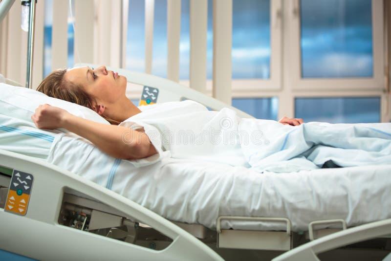 Consideravelmente, jovens, paciente fêmea em uma sala de hospital moderna fotografia de stock royalty free