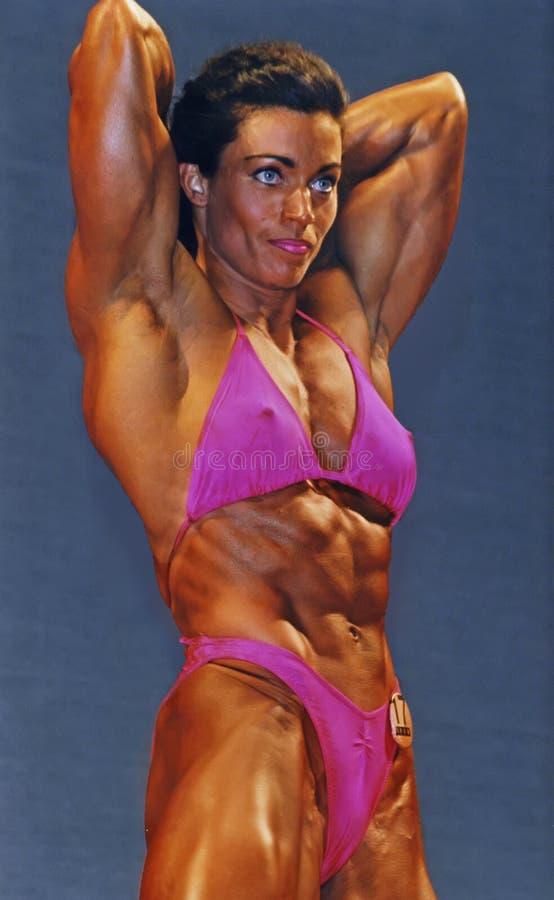 Consideravelmente muscular no rosa imagens de stock