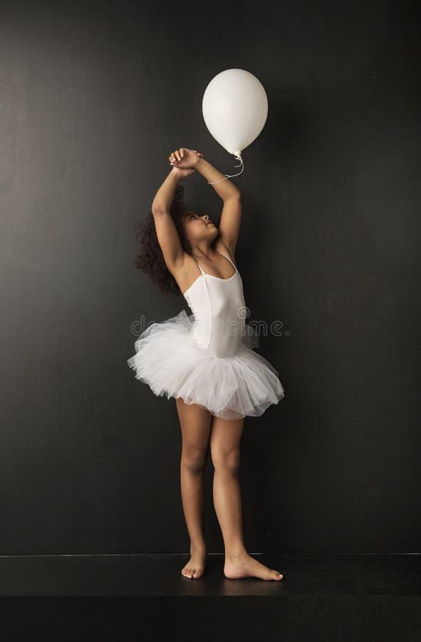 Consideravelmente pouco dançarino de bailado com um ballon imagens de stock royalty free
