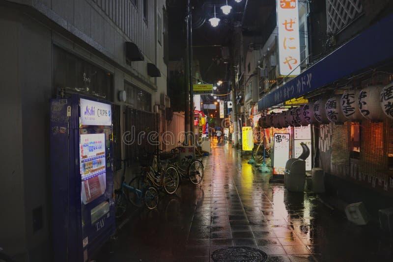Consideri di notte della via della foto colorfully della via di accesso alla torre di Tsutenkaku come la macchina della bevanda,  immagine stock