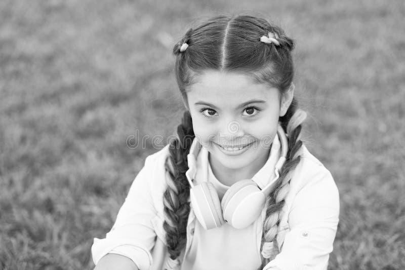 Consideri il lato positivo Segreti ad allevare bambino felice Fondo sveglio dell'erba verde del bambino della ragazza Bambino fel immagine stock
