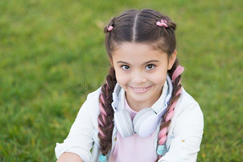 Consideri il lato positivo Segreti ad allevare bambino felice Fondo sveglio dell'erba verde del bambino della ragazza Bambino fel fotografia stock