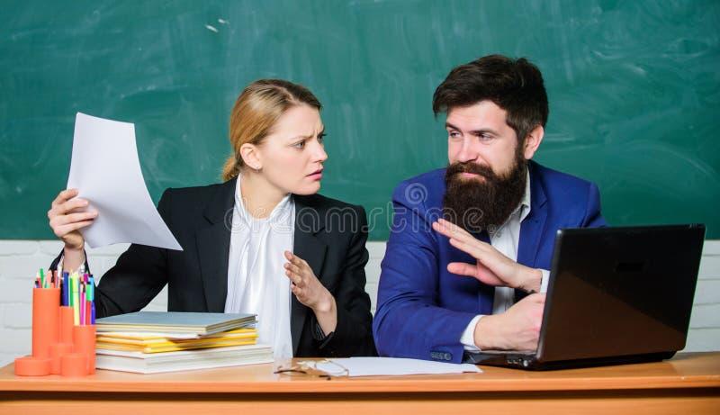 Consideri le norme educative Prepari per la lezione della scuola Insegnante e supervisore che lavorano nell'aula della scuola immagini stock libere da diritti