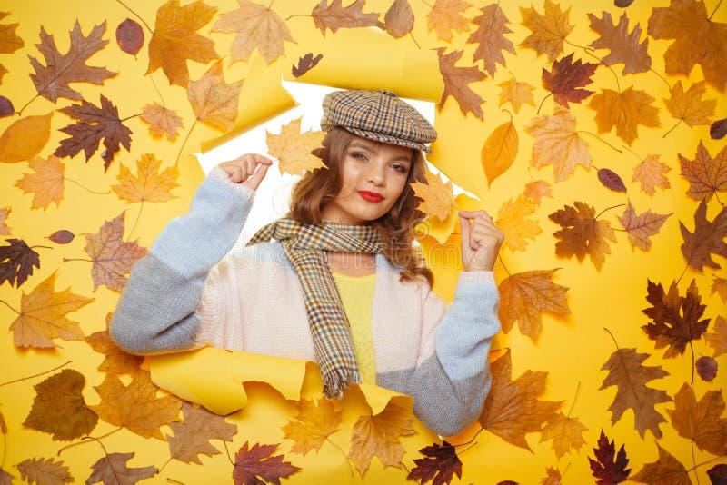 Consiga cómodo llevando esta bufanda fantástica Tendencias casuales de la moda para la ca?da Mirada de la muchacha de la moda a t imagen de archivo