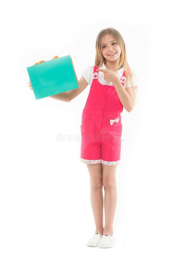 Consiga elegante con las cupones El adolescente lindo de la muchacha lleva el panier Venta comprada niño del verano de la ropa Pr imagen de archivo