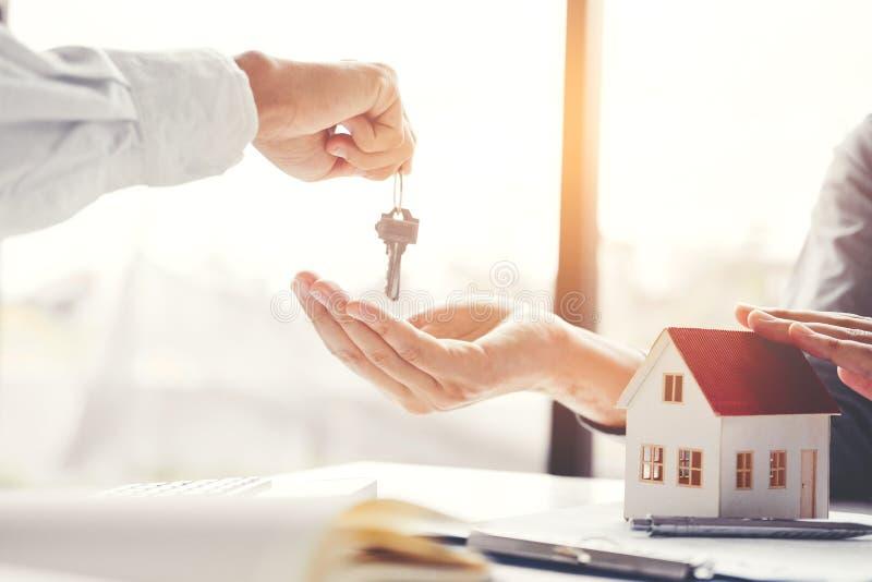 Consignataire donnant des clés de maison à l'accord cont de client et de signe image stock