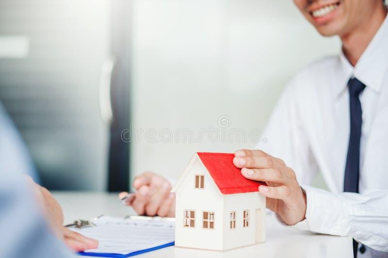 Consignataire donnant la maison au contrat d'accord de client et de signe, concept de maison d'assurance photographie stock
