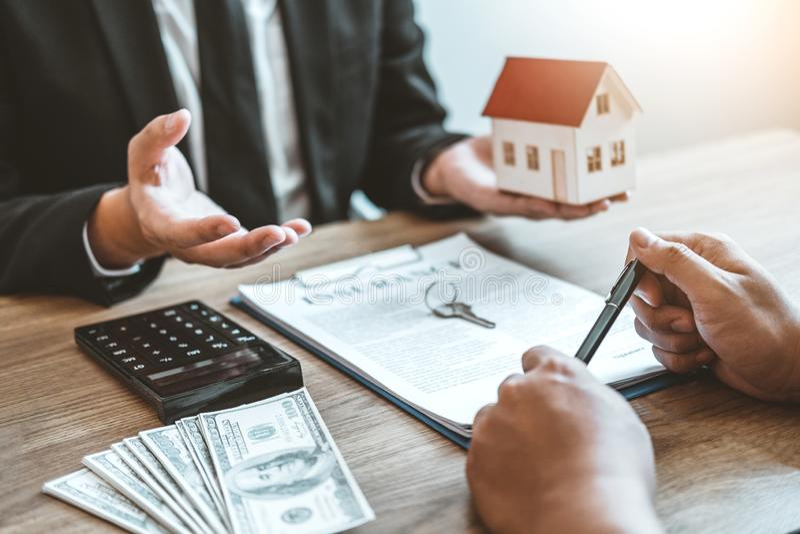 Consignataire donnant la maison au contrat d'accord de client et de signe, concept de maison d'assurance photos stock