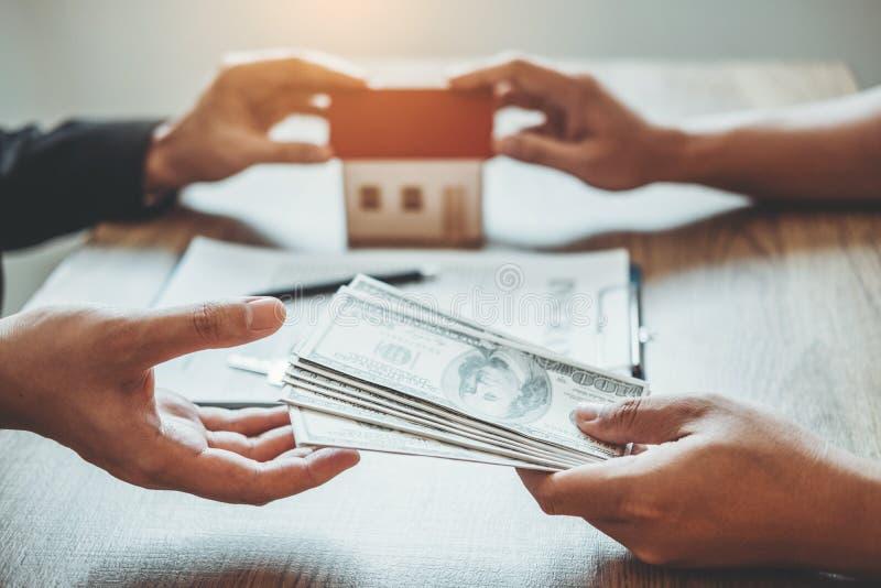 Consignataire donnant la maison au traitement de client et au contrat d'accord de signe, concept de maison d'assurance photo stock
