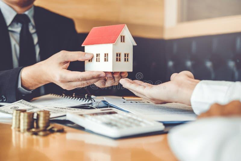 Consignataire donnant la maison au traitement et à l'accord c de client de signe photo libre de droits