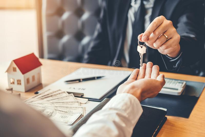 Consignataire donnant la maison principale au contr d'accord de client et de signe photos libres de droits