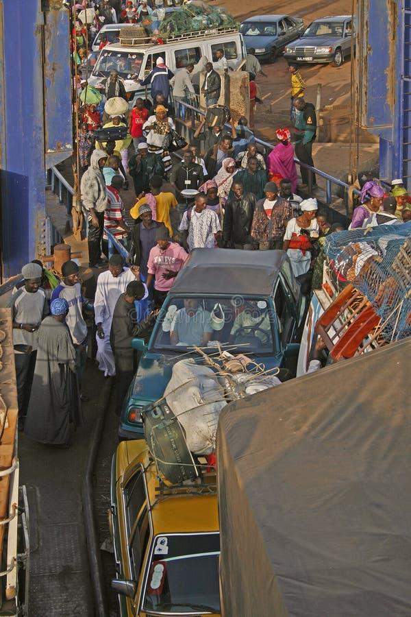 Consiguiendo a bordo del transbordador, Gambia imagen de archivo