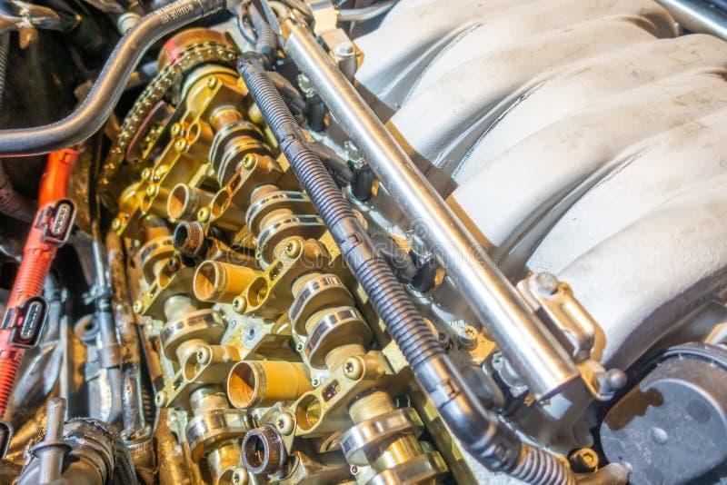 Consiguiendo el trabajo hecho en el motor viejo que se reconstruirá foto de archivo libre de regalías