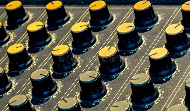 Consola audio del mezclador de sonidos Escritorio de mezcla sano Panel de control del mezclador de la m?sica en el estudio de gra imagen de archivo libre de regalías