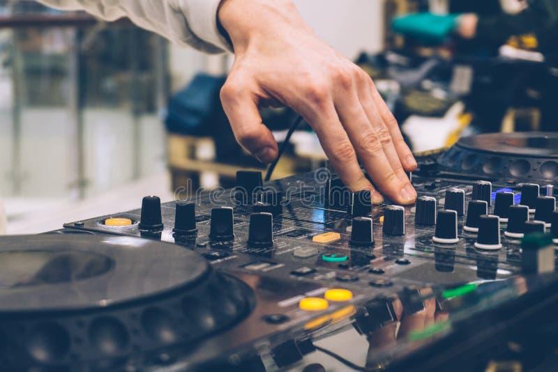Consola de DJ en el partido del funcionamiento Crear música y adaptación de DJ fotografía de archivo libre de regalías