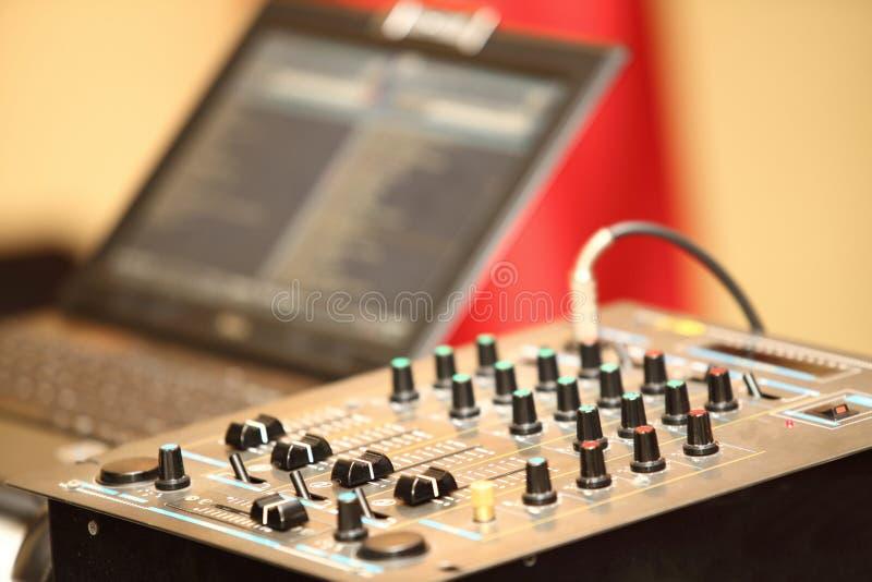 Consola de mezcla audio del panel de control del mezclador de sonidos fotografía de archivo