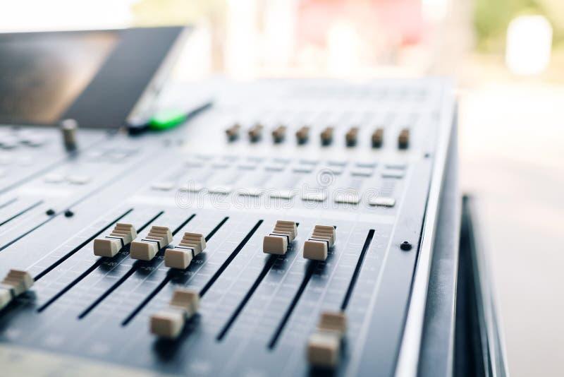 Consola del equalizador del mezclador de la música para el dispositivo del sonido del control del mezclador Control audio del equ fotografía de archivo libre de regalías