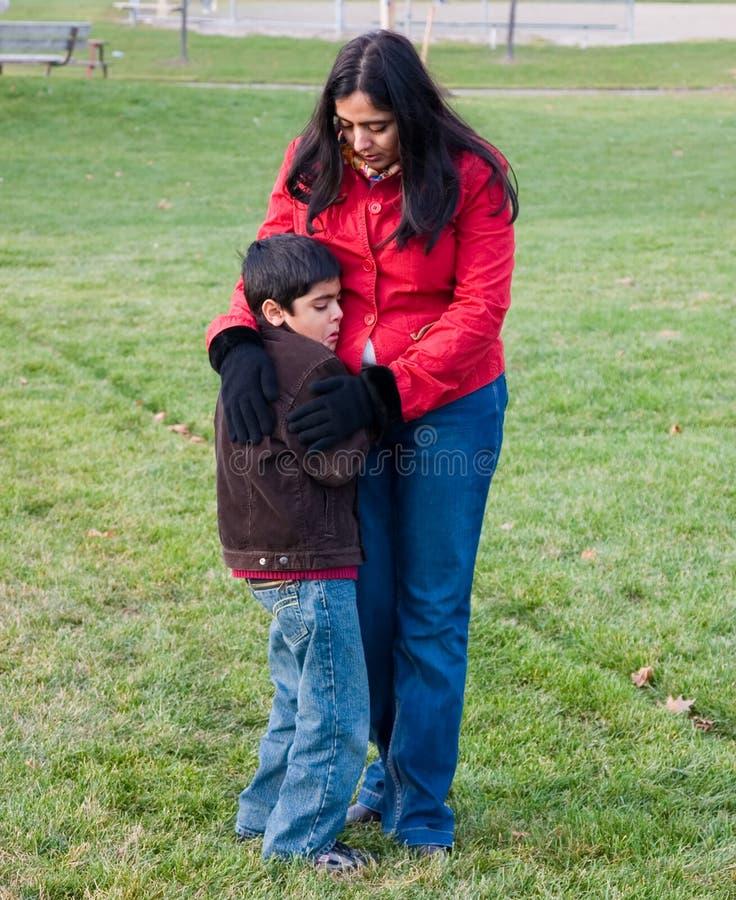Consolando uma criança da virada fotografia de stock