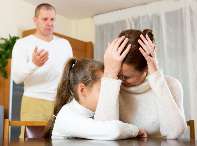 Consolation de mère à la fille pleurante image stock