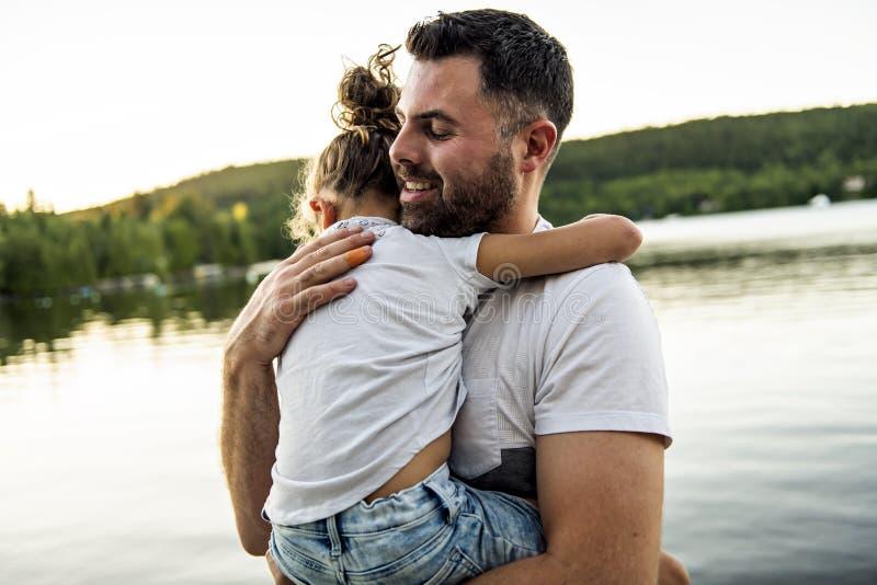 Consolation de père et de fille le jour chaud h d'été de pilier photo libre de droits