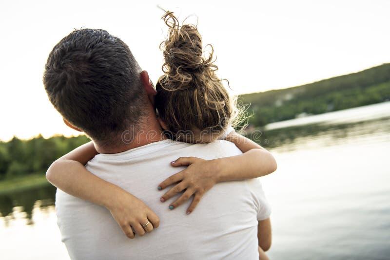 Consolation de père et de fille le jour chaud h d'été de pilier image libre de droits