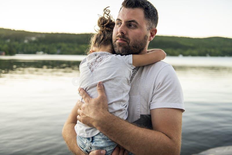 Consolation de père et de fille le jour chaud h d'été de pilier photographie stock libre de droits