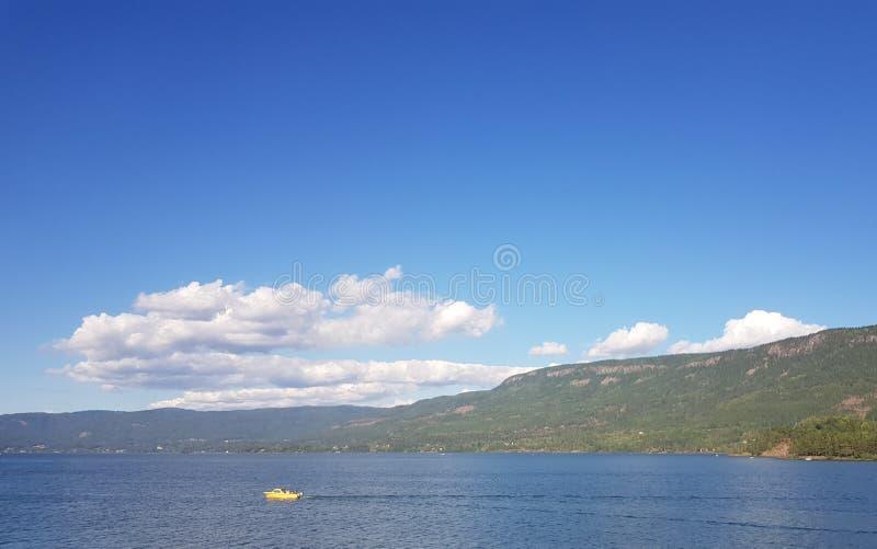 Console bonito em Noruega Skys azuis claros e nuvens brancas torradas fotografia de stock