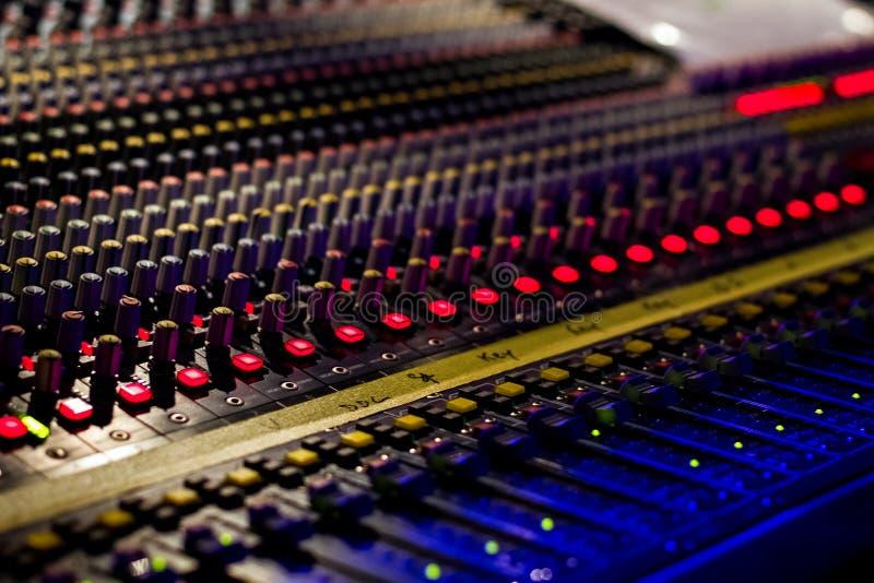 Console da música, fim acima do tiro no concerto da música fotografia de stock