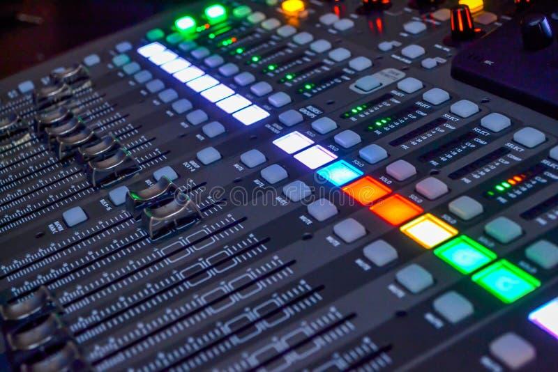 Console dans le studio d'enregistrement photo libre de droits