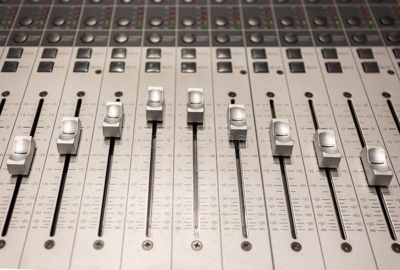 Console dans le studio d'enregistrement audio images stock