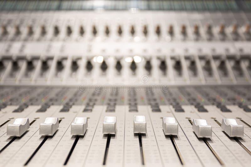 Console dans le studio d'enregistrement audio photo libre de droits