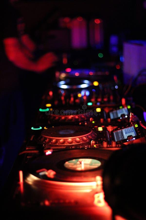 Console de mélange colorée avec le DJ photos stock